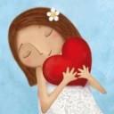 menina abraçando coração em desenho